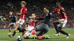 Bek Manchester United, Daley Blind, berusaha menahan laju bek Southampton, Virgil van Dijk. Meski menang 2-0, penguasaan bola MU kalah dibanding Southampton yang mencapai 54 persen. (Reuters/Darren Staples)