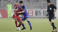 Striker Indonesia, M Rafli, berusaha melewati pemain Chinese Taipei pada laga AFC U-19 di SUGBK, Jakarta, Kamis (18/10/2018). Indonesia menang 3-1 atas Chinese Taipei. (Bola.com/M Iqbal Ichsan)