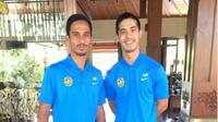 Dua pemain naturalisasi Malaysia, Matthew Thomas Davies (kiri) dan Brendan Gan Seng Ling, santai jelang uji coba melawan Indonesia. (Bola.com/Romi Syahputra)