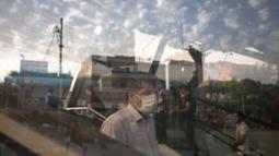 Seorang pria dengan masker memasuki stasiun kereta bawah tanah di Teheran, 28 Juni 2020. Presiden Iran Hassan Rouhani pada Minggu (28/6) mengatakan mengenakan masker di tempat umum akan menjadi wajib mulai pekan depan di tengah meningkatnya kasus dan kematian akibat COVID-19 (Xinhua/Ahmad Halabisaz)