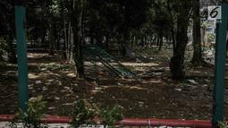 Salah satu pagar tanaman yang dirusak oleh suporter tergeletak usai Final Piala Presiden 2018 di Stadion Utama GBK, Jakarta, Minggu (18/2). Laga antara Persija Jakarta vs Bali United menyisakan kerusakan di dalam dan luar GBK (Liputan6.com/Faizal Fanani)
