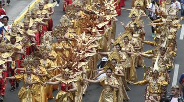 Peserta menggunakan pakaian tradisional turut meramaikan pawai obor Asian Para Games 2018 di Jakarta, Minggu (30/9). Nantinya api obor ini akan diarak di 17 titik lokasi di Ibu Kota. (Liputan6.com/Herman Zakahria)