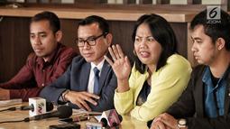 Artis Elly Sugigi beserta kuasa hukumnya, Arifin Harahap (dua kiri) memberi klarifikasi atas kasusnya dengan Tessa Mariska, Jakarta, Selasa (28/8). Menurut Arifin, Elly sudah membayar utangnya pada 1 Agustus 2018. (Liputan.com/Faizal Fanani)