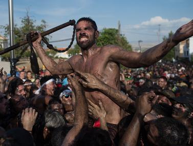 Berlumur Oli, Warga Spanyol Berebut Patung Perawan Suci