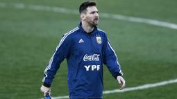Gelandang Argentina, Lionel Messi, berjalan saat latihan di Valdebebas, Madrid, Selasa (19/3). Latihan ini merupakan persiapan jelang laga persahabatan melawan Venezuela. (AFP/Benjamin Cremel)