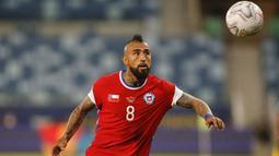 Lima menit berselang, Arturo Vidal melakukan serangan dengan memberikan umpan lambung ke Ben Brereton. Bola disambut dengan tandukan Berereton mengarah ke pojok kiri atas, namun percobaannya dapat digagalkan kiper Bolivia, Carlos Lampe. (Foto: AFP/Silvio Avila)