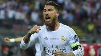 Kapten Real Madrid, Sergio Ramos, merayakan gol yang dicetaknya ke gawang Atletico Madrid pada laga Liga Champions di Stadion San Siro, Italia, Sabtu (28/5/2016). (AFP/Olivier Morin)