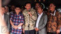 Basuki Tjahaja Purnama (Ahok) memberikan keterangan di depan Gedung Kejagung, Jakarta, Kamis (1/12). Ahok berterima kasih karena para wartawan telah mengawal kasus yang menimpa dirinya hingga saat ini. (Liputan6.com/Gempur M Surya)