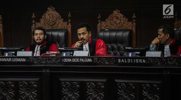 Hakim Konstitusi I Dewa Gede Palguna memberi penjelasan saat berdebat dengan tim kuasa hukum pasangan Prabowo Subianto-Sandiaga Uno terkait keamanan situng dalam sidang lanjutan sengketa Pilpres 2019 di Gedung MK, Jakarta, Kamis (20/6/2019). (Liputan6.com/Faizal Fanani)