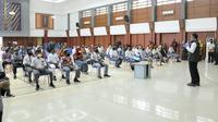 Ketua Gugus Tugas Percepatan Penanggulangan COVID-19 Jawa Barat Ridwan Kamil Ridwan Kamil meninjau swab test bagi 90 pelajar asal Papua di aula Dinas Pendidikan Jabar. (sumber foto : Humas Pemprov Jabar)