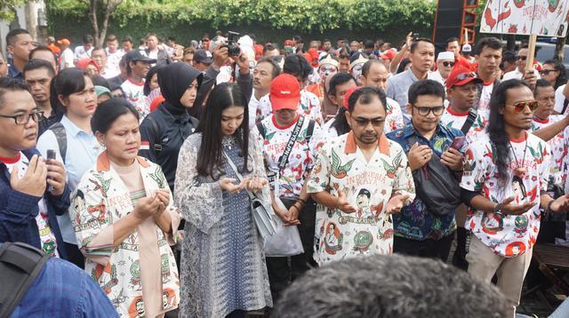 Gibran Rakabuming Raka dikawal para relawan pendukungnya mendaftar sebagai calon wali kota Solo ke DPD PDIP Jawa Tengah, Kamis (12/12/2019). (Liputan6.com/ Fajar Abrori)