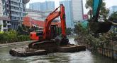 Alat berat mengeruk endapan lumpur dan sampah di Kalimalang, Bekasi, Jawa Barat (21/7). Normalisasi ini guna mengantisipasi pendangkalan sungai yang mengancam kelancaran lalu lintas air di wilayah tersebut. (Merdeka.com/Imam Buhori)