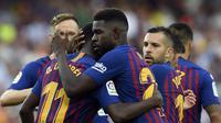 Para pemain Barcelona merayakan gol yang dicetak gelandang Barcelona, Ousmane Dembele, pada laga La Liga Spanyol di Stadion Camp Nou, Barcelona, Minggu (2/8/2018). Barcelona menang 8-2 atas Huesca. (AFP/Lluis Gene)