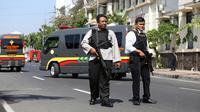 Aparat kepolisian bersenjata lengkap berjaga setelah serangan bom bunuh diri di Polrestabes Surabaya, Jawa Timur, Senin (14/5). Diduga, pelaku seorang pria dan wanita yang berboncengan dengan sepeda motor dan membawa seorang anak kecil (AP/Achmad Ibrahim)