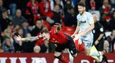 Pemain Manchester United, Phil Jones terjatuh saat berebut bola dengan pemain Derby County, David Nugent di Piala Liga Inggris di Old Trafford, Manchester, Inggris, Selasa (25/9). (Martin Rickett/PA via AP)