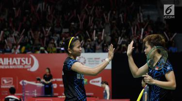 Pasangan Indonesia Greysia Polii/Apriyani Rahayu merayakan kemenangan atas wakil Bulgaria Gabriela Stoeva/Stefani Stoeva pada Indonesia Masters 2019 di Istora Senayan, Jakarta, Rabu (23/1). Indonesia menang 22-20, 21-15. (Bola.com/M Iqbal Ichsan)