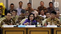 Menteri Keuangan Sri Mulyani (tengah) bersama Menko PMK Muhadjir Effendy (kanan) dan Dirut BPJS Kesehatan Fahmi Idris saat rapat kerja gabungan dengan DPR di Kompleks Parlemen, Jakarta, Selasa (18/2/2020). Rapat diikuti Komisi II, Komisi VIII, Komisi IX, dan Komisi XI DPR. (Liputan6.com/Johan Tallo)