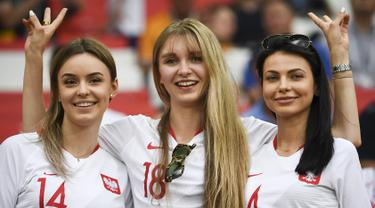 Tiga suporter wanita tersenyum sebelum pertandingan grup H Piala Dunia 2018 antara Polandia melawan Senegal di Stadion Spartak di Moskow, Rusia (19/6). Dalam pertandingan ini Polandia takluk atas Senegal 2-1. (AFP Photo/Franck Fife)