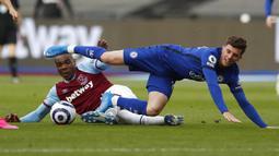 Pemain Chelsea Mason Mount (kiri) berebut bola dengan pemain West Ham United Angelo Ogbonna pada pertandingan Liga Inggris di London Stadium, London, Inggris, Sabtu (24/4/2021). Chelsea menang 1-0. (AP Photo/Alastair Grant, Pool)