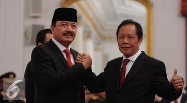 Mantan Kepala BIN Sutiyoso memberikan selamat kepada Kepala Badan Intelijen Negara (BIN) Budi Gunawan usai pelantikan di Istana Negara, Jakarta, Jumat (9/9). Budi Gunawan resmi menjadi Kepala BIN menggantikan Sutiyoso. (Liputan6.com/Faizal Fanani)