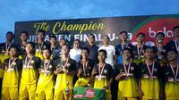 Tim 2 meraih gelar juara di Bola.com From North Sumatra to Belgium setelah mengalahkan Tim 1 melalui adu penalti dengan skor 4-3. (Bola.com/Zulfridaus Harahap)