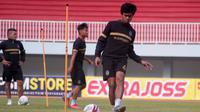 Aksi pemain PSIM, Achmad Hisyam Tolle, dalam sebuah sesi latihan di Stadion Mandala Krida, Yogyakarta. (Bola.com/Vincentius Atmaja)