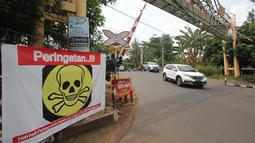Spanduk peringatan terlihat di pintu perlintasan kereta api Bintaro Permai yang tidak berfungsi di Jakarta, Kamis (25/10). Menurut warga sekitar, pintu perlintasan tersebut sudah sejak beberapa bulan terakhir tidak berfungsi. (Liputan6.com/Angga Yuniar)