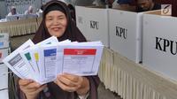 Warga menunjukkan surat suara saat pemungutan ulang Pemilu 2019 di TPS 71 Kelurahan Cempaka Putih, Kecamatan Ciputat Timur, Tangerang Selatan, Rabu (24/4). Pencoblosan ulang dilakukan karena ditemukannya pelanggaran oleh Bawaslu saat pemilu serentak pada 17 April 2019 lalu. (merdeka.com/Arie Basuki)