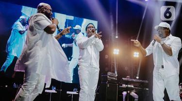 Tiga personil grup vokal Boyz II Men, Shawn Stockman, Wanya Morris dan Nathan Morris saat tampil di atas panggung pada konser bertajuk Boyz II Men Tour of Asia 2019 di Tennis Indoor Senayan, Jakarta, Rabu (4/12/2019). Boyz II Men tampil membawakan sebanyak 20 lagu. (Liputan6.com/Faizal Fanani)