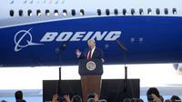 Donald Trump mengunjungi pabrik Boeing. (Reuters)