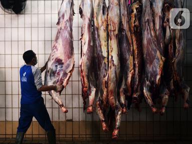 Aktivitas petugas penyembelihan hewan kurban di Rumah Pemotongan Hewan (RPH) Dharma Jaya, Jakarta, Rabu (21/7/2021). Pemotongan hewan qurban saat pandemi sekarang  ini mengalami kenaikan sekitar 30 persen penerimaan hewan kurban pada Idul Adha 1442 H. (merdeka.com/Imam Buhori)