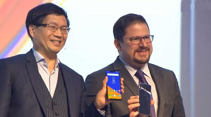 CEO Asus, Jerry Shen, dan Christiano Amon, President Qualcomm Inc memperlihatkan Zenfone 5 di MWC 2018. Liputan6.com/ Pebrianto Eko Wicaksono