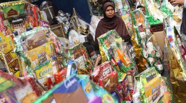 Pedagang menjual parsel di kawasan Cikini, Jakarta, Rabu (6/6). Menjelang Hari Raya Idul Fitri, penjualan parsel para pedagang dadakan tersebut meningkat hingga 50 persen. (Liputan6.com/Immanuel Antonius)