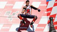 Lompatan kemenangan adalah salah satu selebrasi yang kerap dilakukan Marc Marquez seperti yang dilakukannya di podium GP Jepang, Sirkuit Twin Ring Motegi. (AFP/Martin Bureau)