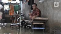 Aktivitas warga saat banjir merendam RT 10/RW 05, Kampung Sawah, Kelurahan Rawa Terate, Cakung, Jakarta Timur, Kamis (20/2/2020). Banjir diperparah dengan adanya pembangunan apartemen di kawasan Kelapa Gading sehingga aliran air tidak lagi mengalir ke laut. (merdeka.com/Iqbal Nugroho)