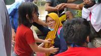 Proses evakuasi ibu hamil yang terkepung banjir di rumahnya di Ciledug Indah, Kota Tangerang, Sabtu (20/2/2021). (Foto:Liputan/Pramita Tristiawati)