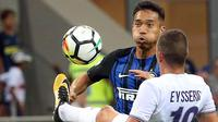 Pemain Inter Milan, Yuto Nagatomo (kiri) berebut bola dengan pemain Fiorentina, Valentin Eysseric pada laga Serie A di San Siro stadium, Milan (20/8/2017). Inter menang 3-0. (Matteo Bazzi/ANSA via AP)