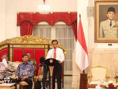Presiden Joko Widodo atau Jokowi memberikan paparannya saat memimpin Sidang Kabinet Paripurna di Istana Negara, Jakarta, Senin (12/2). Sidang ini membahas rancangan kinerja pemerintah (RKP) 2019. (Liputan6.com/Angga Yuniar)
