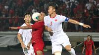 Striker Timnas Indonesia, Beto Goncalves, berebut bola dengan kapten Timnas Vietnam, Que Ngoc Hai, pada laga Kualifikasi Piala Dunia 2022 di Stadion Kapten I Wayan Dipta, Bali, Selasa (15/10). Indonesia kalah 1-3 dari Vietnam. (AFP/Aditya Wany)