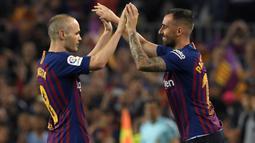 Gelandang Barcelona, Andres Iniesta, keluar diganti Paco Alcacer saat melawan Real Sociedad pada laga La Liga Spanyol di Stadion Camp Nou, Barcelona, Minggu (20/5/2018). Dirinya berpisah dengan klub yang 22 tahun telah dibela. (AFP/Lluis Gene)