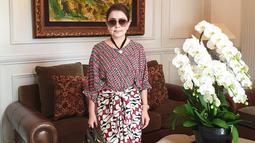 Perpaduan batik yang dikenakan Mayangsari ini juga mencuri perhatian netizen. Pasalnya baju serta rok yang dikenakan Mayangsari terlihat senada yang memiliki corak berwarna merah, hitam serta putih. (Liputan6.com/IG/@mayangsaritrihatmodjoreal)