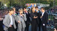 (kiri-kanan) BTS yang beranggotakan Taehyung, Jin, Suga, Jungkook, RM, Jhope dan Jimin. berhasil membuat para penonton terpukau akan penampilan mereka (Liputan6.com/twitter/GMA)