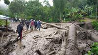Banjir bandang menerjang kawasan Komplek Gunung Mas, Desa Tugu Selatan, Kecamatan Cisarua, Kabupaten Bogor, Selasa (19/1/2021) pagi.