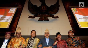 Ketua MPR Zulkifli Hasan (tiga kanan) bersama cagub dan cawagub Lampung 2018-2023 saat hadir pada sosilisasi Empat Pilar MPR di Jakarta, Jumat (9/3). Sosialisasi Empat Pilar MPR dalam rangka menciptkan Pilkada damai. (Liputan6.com/JohanTallo)