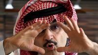 Alwaleed bin Talal saat menjelaskan ke awak media terkait niat beramalnya di Riyadh, Arab Saudi, Rabu (1/7/2015). Alwaleed berjanji akan memberikan hartanya senilai USD 32 miliar, atau Rp 427 triliun untuk kepentingan amal. (AFP/Fayez Nureldine)