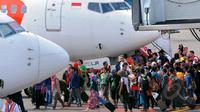 Ratusan calon penumpang Lion Air terlantar di Terminal 1B Bandara SoekarnoHatta. Sejumlah Penumpang Lion Air saat ingin menaiki pesawat di Terminal 1B Soetta, Tangerang, Jumat (20/2/2015). (Liputan6.com/Faisal R Syam)