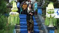 Manten Tengger merupakan busana yang kerap dikenakan warga Suku Tengger saat acara sakral seperti pernikahan. (Liputan6.com/Dian Kurniawan)