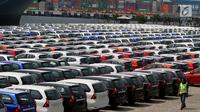 Pekerja melintasi deretan mobil yang siap diekspor di Tanjung Priok Car Terminal, Jakarta, Selasa (8/8). Kemenperin mencatat, ekspor Mobil pada periode Januari-Juni 2017 meningkat 20,5% dibandingkan periode yang sama tahun 2016. (Liputan6.com/Johan Tallo)