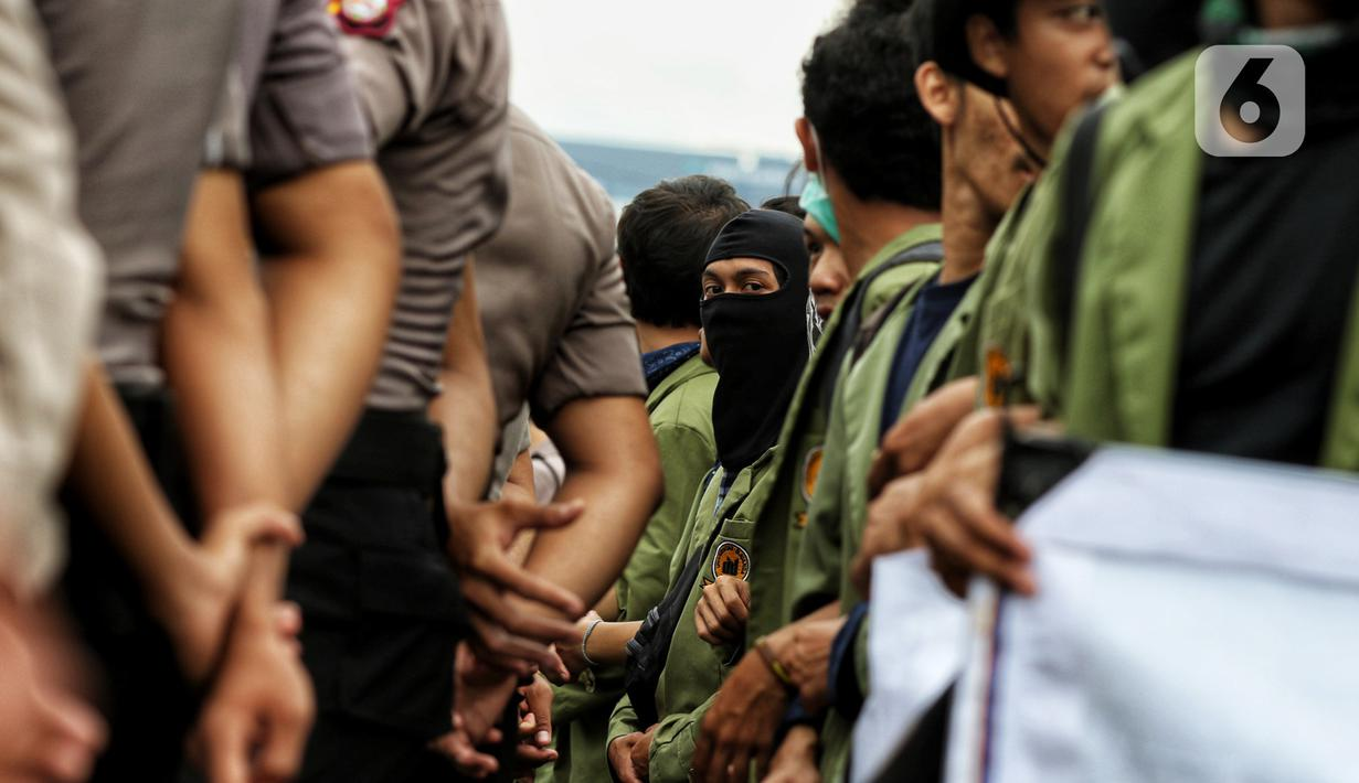 Mahasiswa berunjuk rasa menolak RUU Omnibus Law di depan Gedung MPR/DPR/DPD di Jalan Gatot Subroto, Jakarta, Rabu (4/2/2020). Aksi ini diikuti Aliansi Badan Eksekutif Mahasiswa Seluruh Indonesia (BEM SI) dari 13 kampus di Jabodetabek. (Liputan6.com/Johan Tallo)