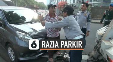 Razia parkir liar digelar Dishub Jakarta Pusat, sasaran mobil-mobil parkir di trotoar dan piinggrir jalan. Seorang pengemudi online memhon mobilnya tidak diderek, karena parkir di pinggir jalan.